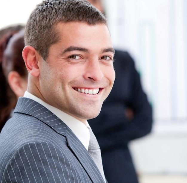 Close-up van een glimlachende zakenman bij een presentatie