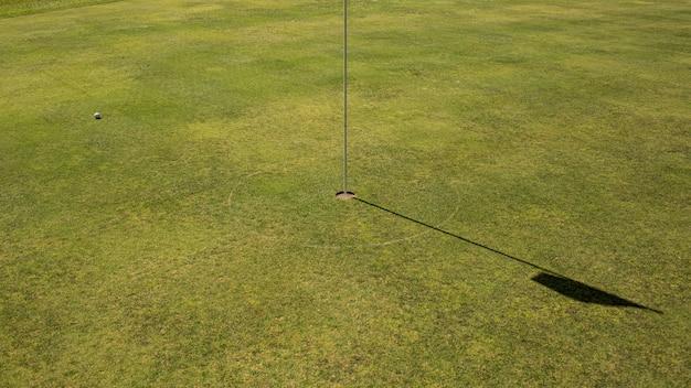 Close-up van een golfgat. bali. indonesië.