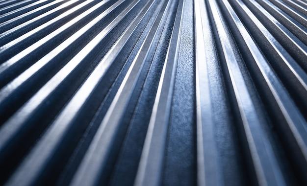Close-up van een gouden gegolfd metalen oppervlak van niet-geïdentificeerde apparatuur. het concept van geavanceerde apparatuur en moderne technologie. het concept van het vervaardigen van technische apparaten