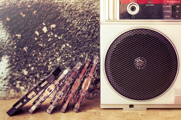 Close-up van een groep cassettes naast de spreker van een oude boombox