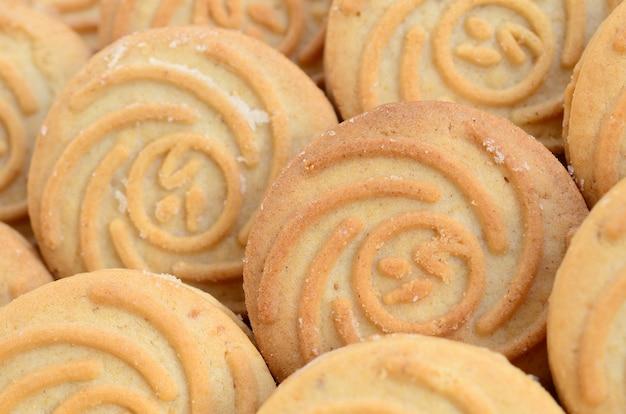 Close-up van een groot aantal ronde koekjes met kokosnotenvulling