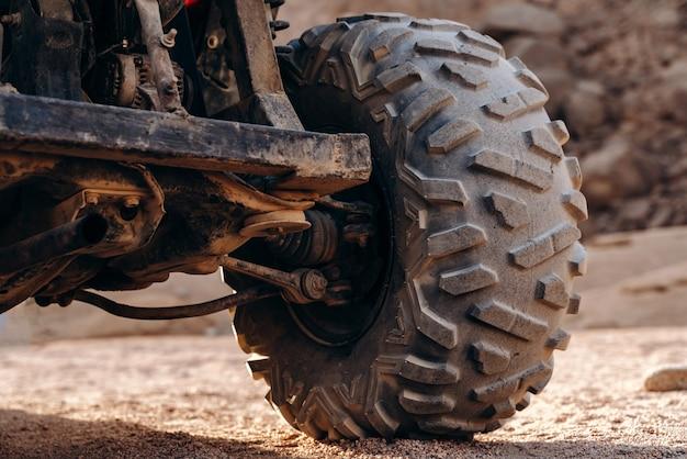 Close-up van een groot atv-wiel in de woestijn