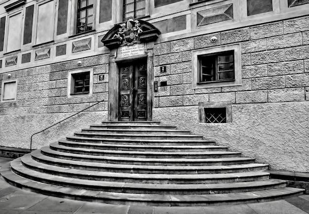 Close-up van een halve cirkelstappen van een historisch gebouw in zwart-wit