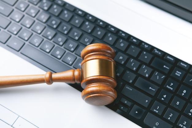 Close-up van een hamer en een computertoetsenbord.