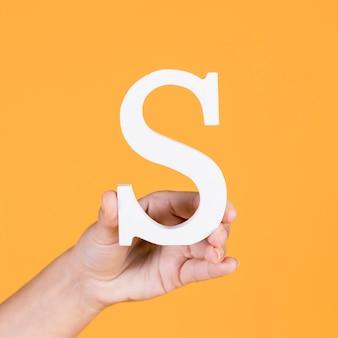 Close-up van een hand die het alfabet steunt