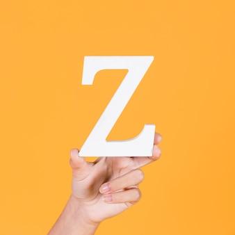 Close-up van een hand die het alfabet z ondersteunt
