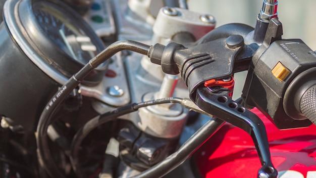 Close-up van een handremsysteem van een motorfiets