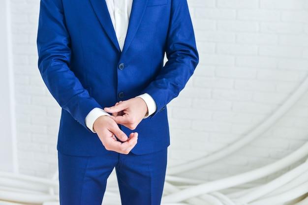 Close-up van een heer die zwart draagt. stropdas
