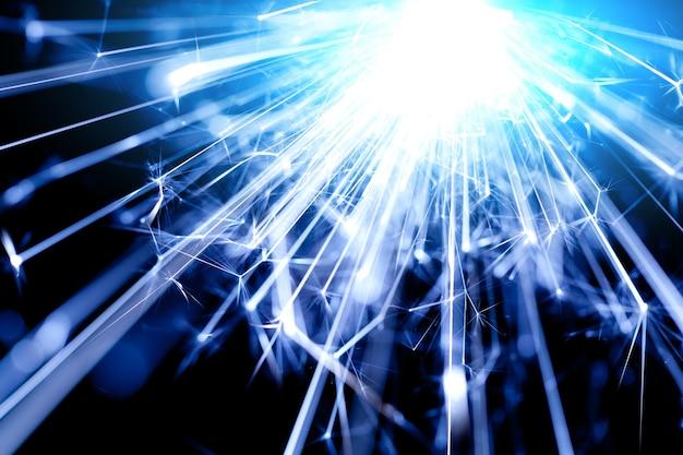 Close-up van een helder bengalen kaarslicht brandt in het donker