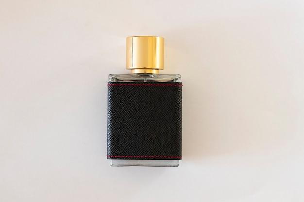 Close-up van een herenparfum close-upfoto op een witte achtergrond