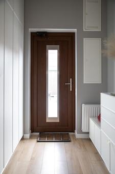 Close-up van een houten deur in de gang in de stijl van minimalisme.