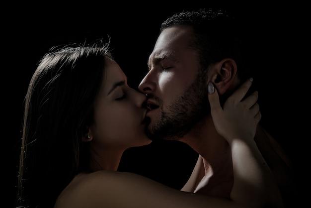 Close-up van een jong romantisch stel kust elkaar