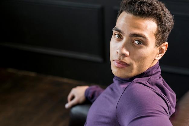 Close-up van een jonge man kijkt naar de camera
