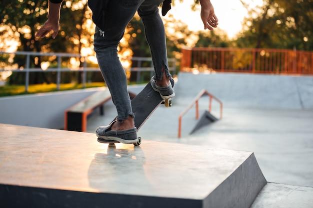 Close up van een jonge skateboarder