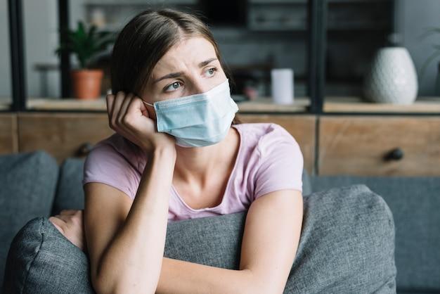 Close-up van een jonge vrouw die beschermend masker draagt