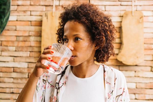 Close-up van een jonge vrouw die sap drinkt
