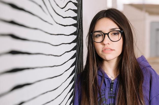 Close-up van een jonge vrouw in een bril