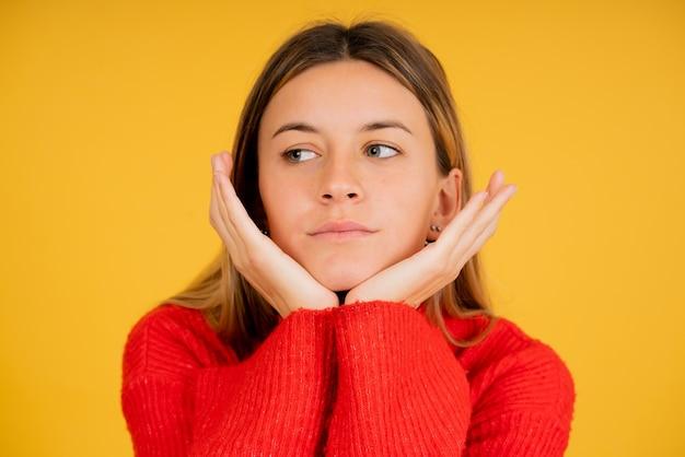 Close-up van een jonge vrouw met doordachte uitdrukking.
