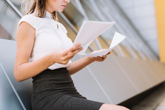 Close-up van een jonge zakenman die de documenten verifieert