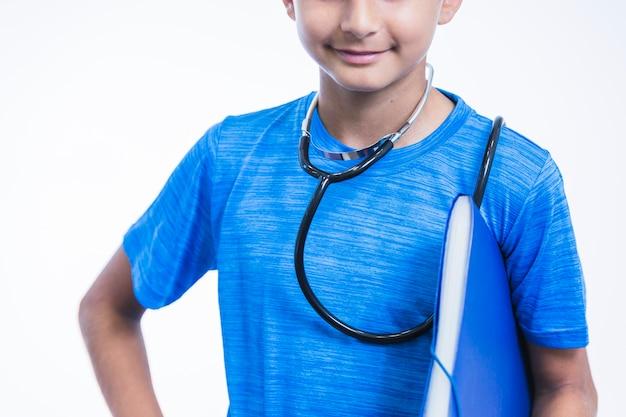Close-up van een jongen met map tegen een witte achtergrond