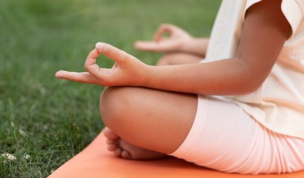Close-up van een kind dat buiten mediteert
