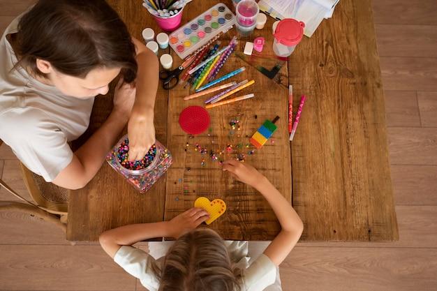 Close-up van een kind dat creatieve activiteiten thuis doet