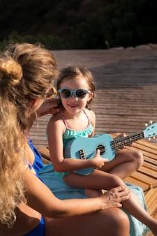 Close-up van een kind dat gitaar speelt
