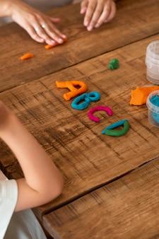 Close-up van een kind dat het alfabet leert