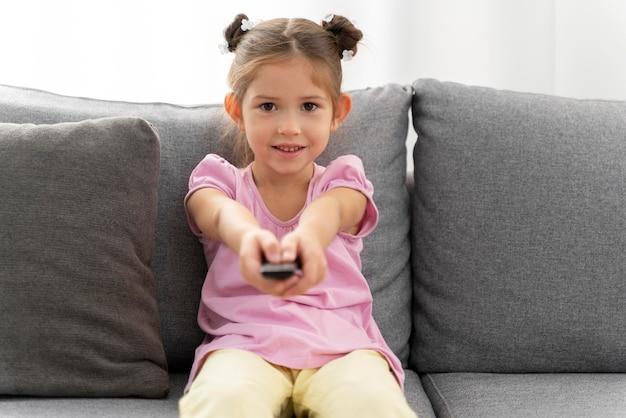 Close-up van een klein meisje dat thuis plezier heeft