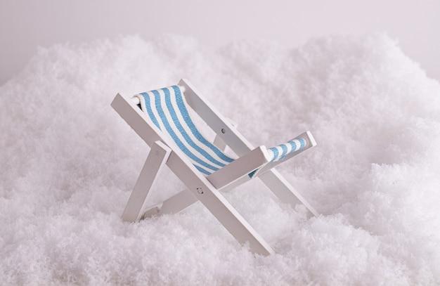 Close-up van een klein stuk speelgoed sunbed in de sneeuw