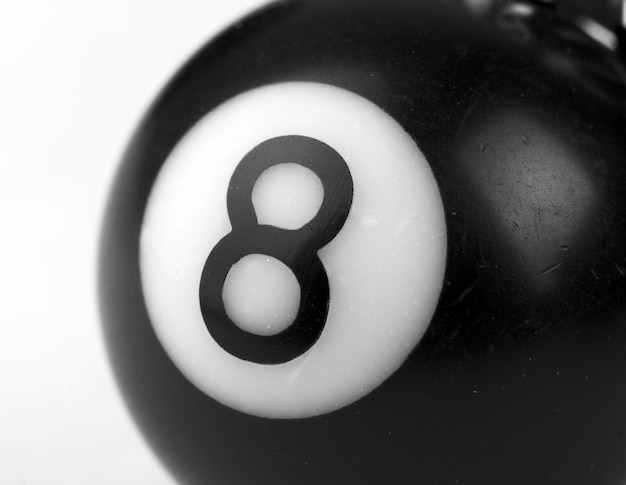 Close-up van een kleine 8-ball. in z/w