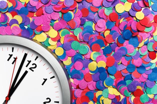 Close-up van een klok op kleurrijke confetti