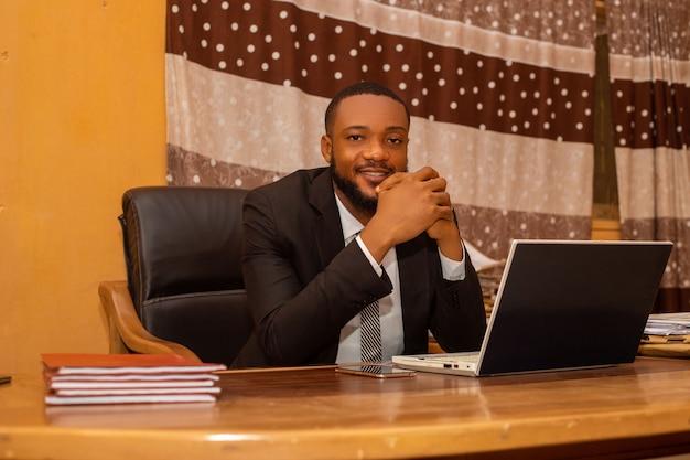 Close up van een knappe afrikaanse zakenman op kantoor