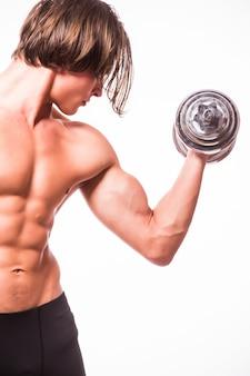 Close-up van een knappe bodybuilder van de machts atletische mens die oefeningen met domoren doet