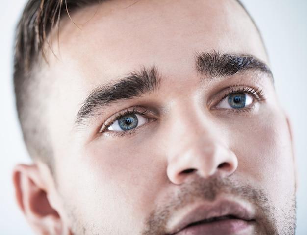 Close-up van een knappe man