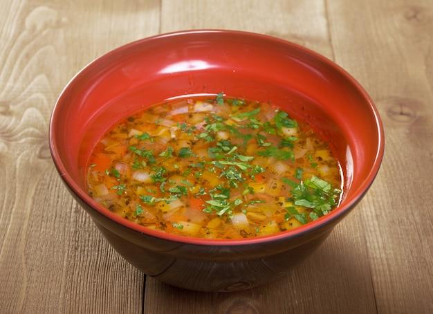 Close-up van een kom warme verse minestrone-soep