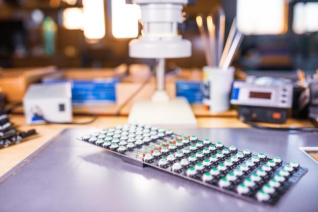 Close-up van een led-paneel van groene lichtindicatoren is in de productie van automatische controlesystemen. het concept van industriële productie van uitrusting voor militaire en strategische doeleinden