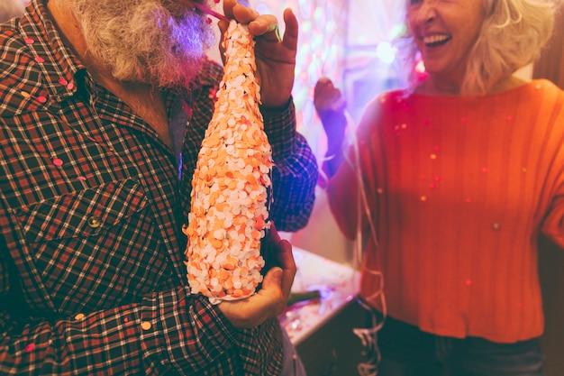 Close-up van een man die alcohol met stro drinken op verjaardagsfeestje