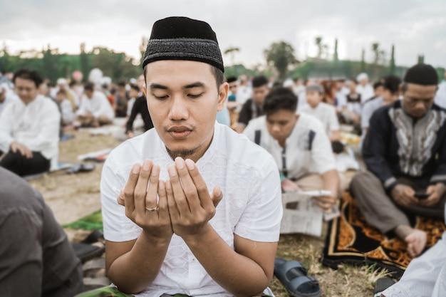 Close-up van een man die bidt tijdens eid al-fitr