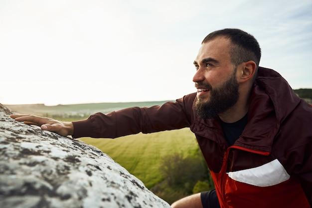 Close up van een man die de berg beklimt