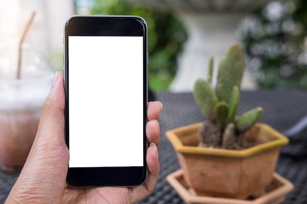 Close-up van een man hand met slimme telefoon met lege scherm mobiele in gargen.