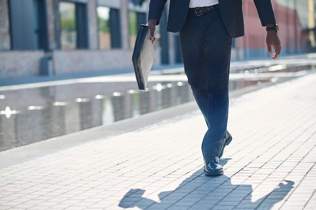 Close-up van een man in een pak die op straat loopt