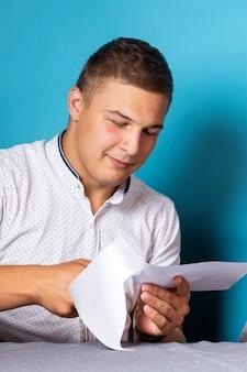 Close-up van een man in een wit overhemd houdt een schaar vast