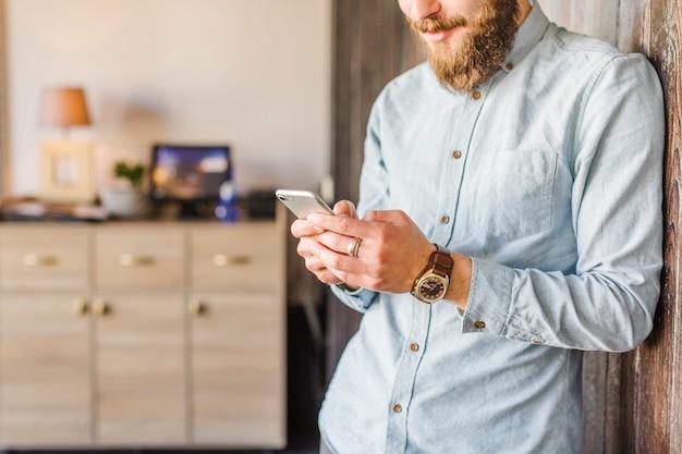 Close-up van een man met behulp van de mobiele telefoon