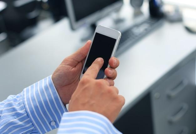 Close up van een man met behulp van mobiele slimme telefoon