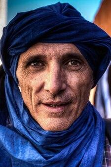 Close-up van een man met een blauwe tulband in marokko