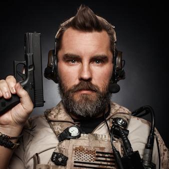 Close-up van een man trekt een pistool uit zijn holster.