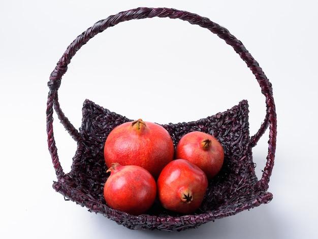 Close-up van een mand met granaatappels in verschillende maten