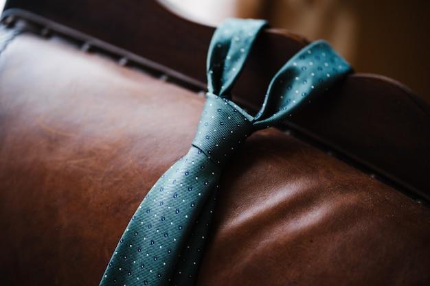 Close-up van een mannenstropdas op de achterkant van een leren bank