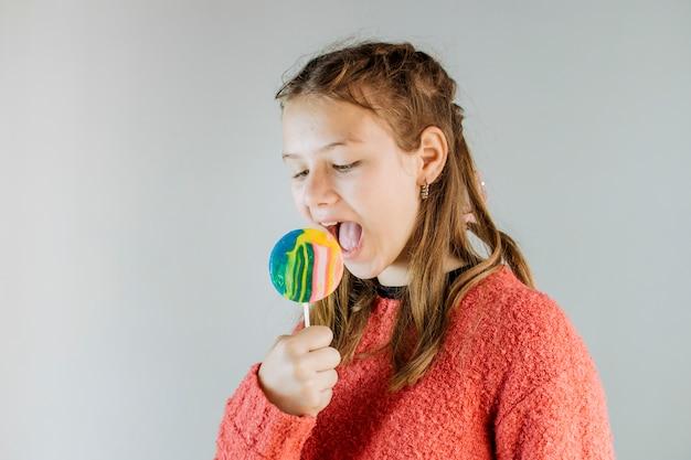 Close-up van een meisje dat lolly eet